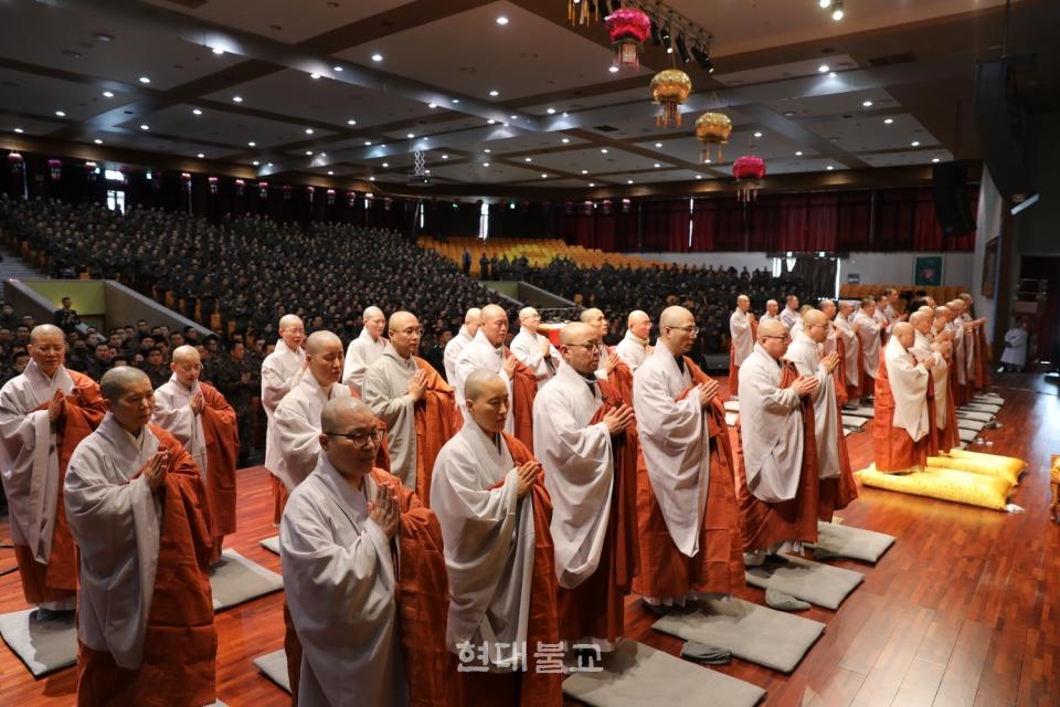 십선계 수계법회에서 삼귀의례 하는 스님과 장병들.