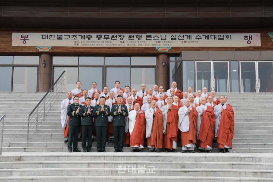 법회가 끝난 뒤 스님들과 군장교들의 기념촬영.
