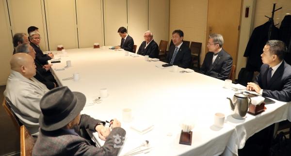 박양우 문체부 장관과 국내 7대 종교지도자들이 신종 코로나바이러스 확산에 따른 대응책을 논의하고 있다. 사진=문체부