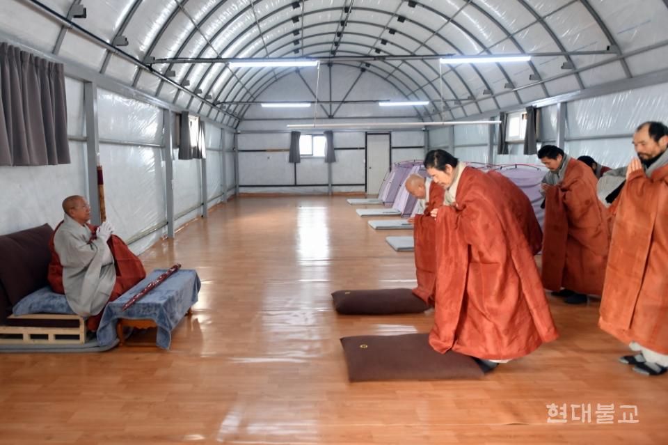 9명의 정진 대중 스님들이 조계종 종정 진제 스님에게 삼배의 예를 올리고 있다. 사진제공=공동취재단
