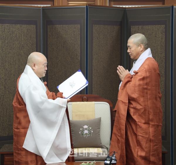 제21교구본사 송광사 주지 자공 스님(사진 오른쪽)에게 임명장을 전달하는 총무원장 원행 스님.