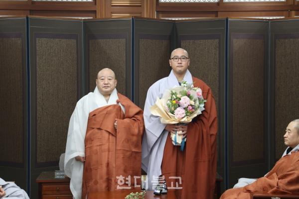 원행 스님과 신임 홍보국장 상준 스님.