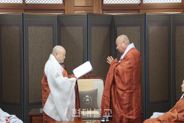 원행 스님은 이날 덕림 스님을 승가학원 사무처장으로 임명했다.