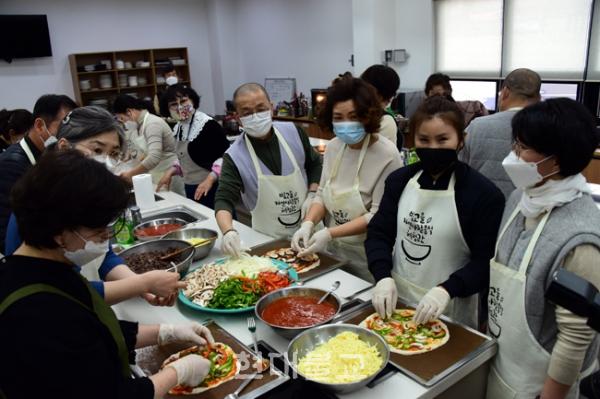 한부모가정 아이들에게 전달할 피자를 만들고 있는 주지 중현스님과 봉사자들