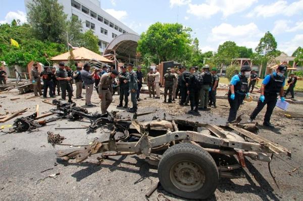 폭탄테러가 발생한 태국 얄라지역 지방정부 앞. 사건 현장을 당국 관계자들이 수습하고 있다. 사진출처=KFGO