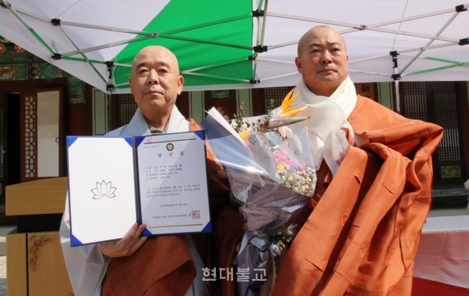 조계종 제3교구본사 제28대 주지후보 추대 이후 당선증을 교부받은 지혜 스님(사진 왼쪽)과 전 주지 우송 스님이 함께 기념촬영을 하고 있다.