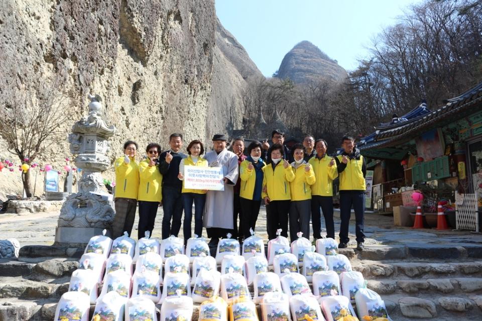 마이산 탑사(주지 진성)가  자비의 쌀 1,000kg을 진안군 자원봉사센터를 통해 어려운 이웃들에 전달했다