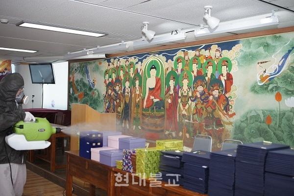 부산불교교육대학 학장 범혜 스님이 강의실 방역을 실시하고있다. 부산불교교육대학은 불교대학 뿐 아니라 서면 일대 상가를 방문해 방역봉사를 진행했다.
