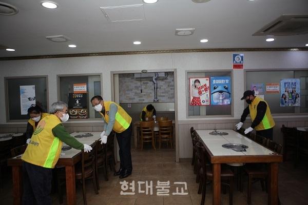 의자 및 집기류 소독을 돕고 있는 부산불교교육대학 동문 및 학생들의 모습
