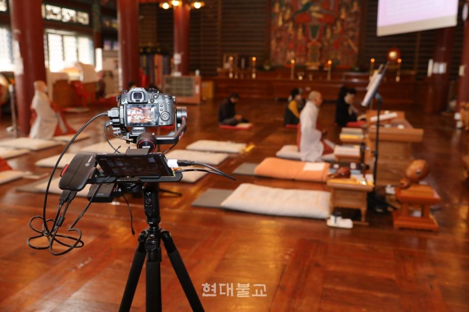 서울 강남 봉은사 유튜브 스트리밍 제작 현장의 모습. 문화체육관광부와 과학기술정보통신부는 온라인 종교활동 지원에 나선다.