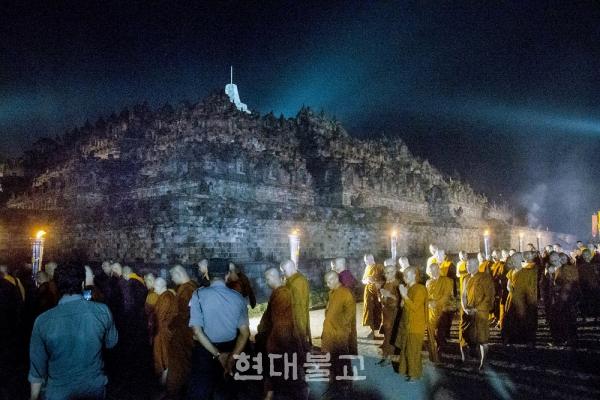 지난해 보로부두르 사원의 베삭 행렬. 사진출처=자카르타포스트