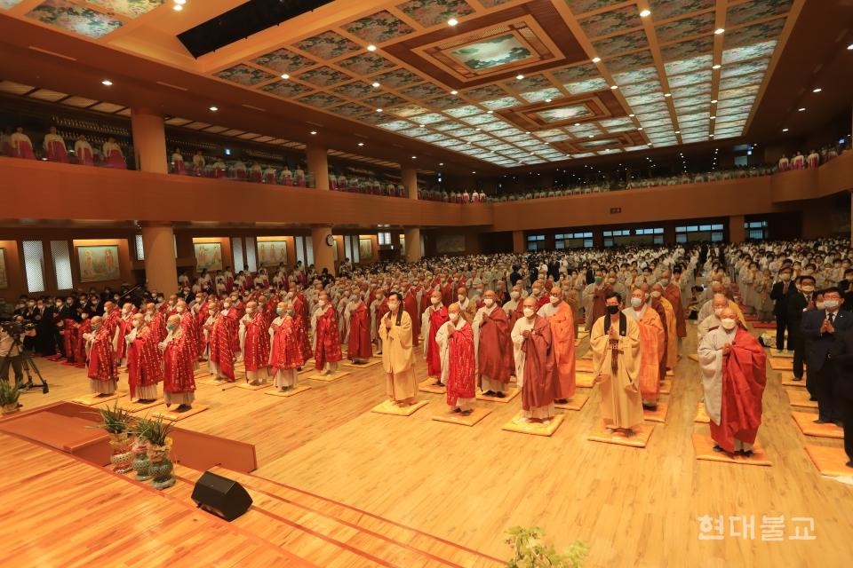 열반대재 참석 1만여 대중이 삼귀의례를 하고 있다.<br>