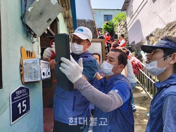 수해 복구를 위해 봉사하고 있는 미소원 아빠 봉사단의 모습