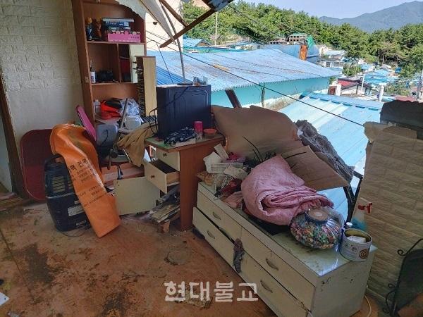 부산 홍수로 인해 피해를 입은 가정의 모습. 벽이 무너지고 모든 가전 제품 및 가구들은 물에 젖었다