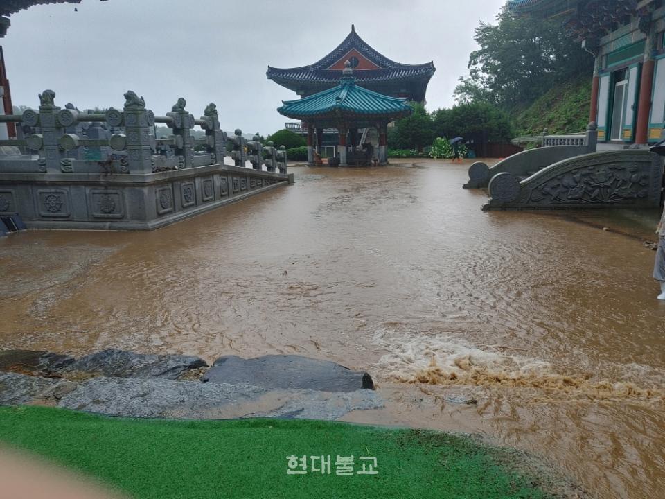 8월 2일 발생한 산사태로 토사가 유입돼 물이 찬 용인 법륜사의 모습.