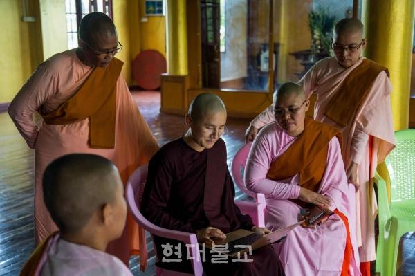 셰알레이 케투말라 스님(가운데). 사진 출처=재팬타임즈
