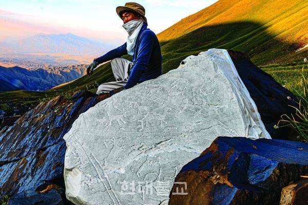 중앙아시아 현지에서 암각화 탁본 작업중인 일감 스님.