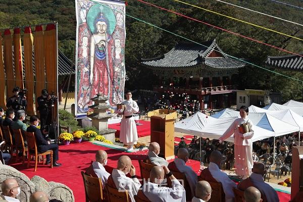범어사 마하다회가 꽃을 뿌리며 시방세계 부처님께 공양 올리고 있다.