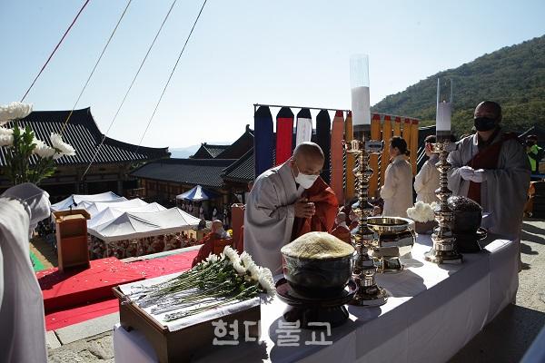 의상대사 영정에 차와 꽃을 올리고 있는 주지 경선 스님