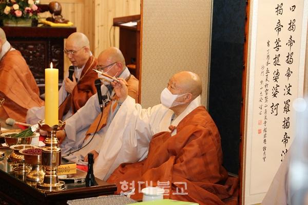 동림선원은 11월 19일 대법당에서 '목조원불 1000불 조성 1차 500불 점안대법회'를 봉행했다. 증명법사 원행 스님이 점안의식을 진행하고 있는 모습
