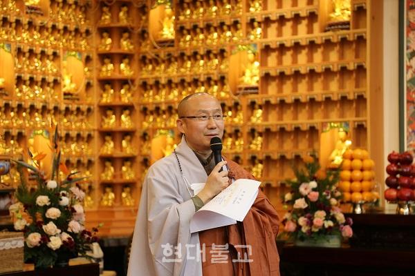 """주지 신공 스님은 인사말을 통해 """"새로운 시대에 어울리는 새로운 불교를 열고자 동림선원 문을 열었고 2년 6개월이 지났다""""며 """"함께 해주신 스님들과 불자님들이 도량을 함께 만들어 왔다""""고 말했다"""