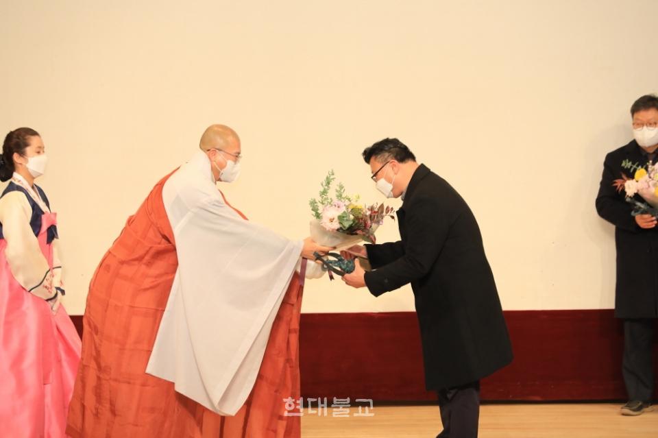 조계종은 12월 4일 제28회 불교언론문화상 시상식을 개최했다. 사진은 김주일 본지 편집국장이 대표로 신문 부문 우수상을 수상하고 있는 모습.